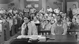 Una scena del film omonimo con Gregory Peck nel ruolo di Atticus Finch