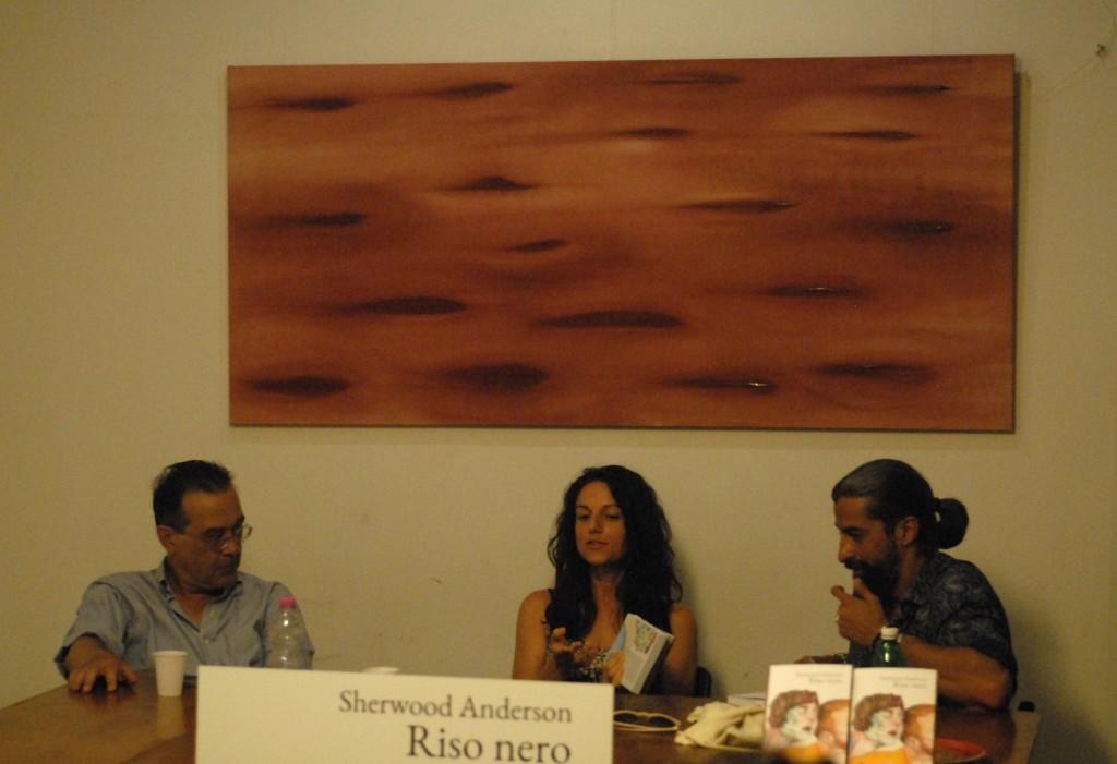 Da sinistra: Luca Briasco, Marina Pirulli e Stefano Gallerani (autore della prefazione di Riso nero). Luglio 2016, Libreria Koob, Roma.